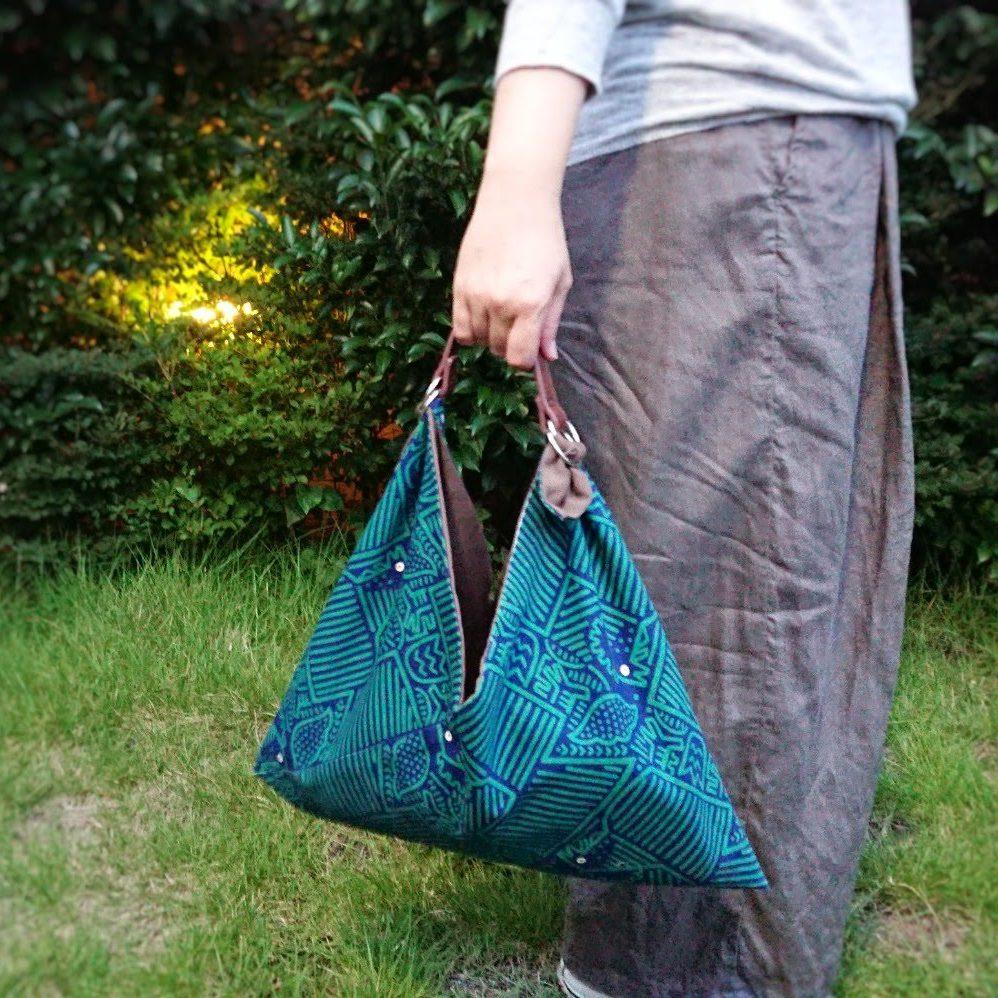 リバーシブルのあづま袋。その日の装いや気分に合わせてどちらの色柄を表にするか楽しく悩んでください。