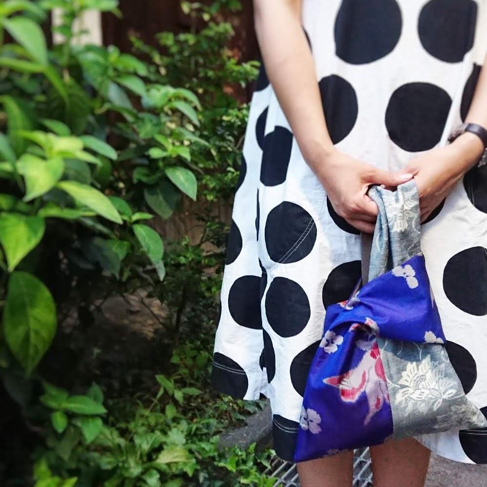 片手をもう片側に通して持つバッグ。左右のあづま袋とは異なり、左右で生地を見せられるのがポイント。