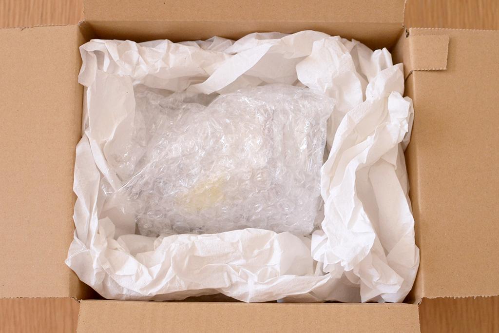 ダンボール箱の中央に器を入れ、新聞紙等の緩衝材で動かないように梱包してください。