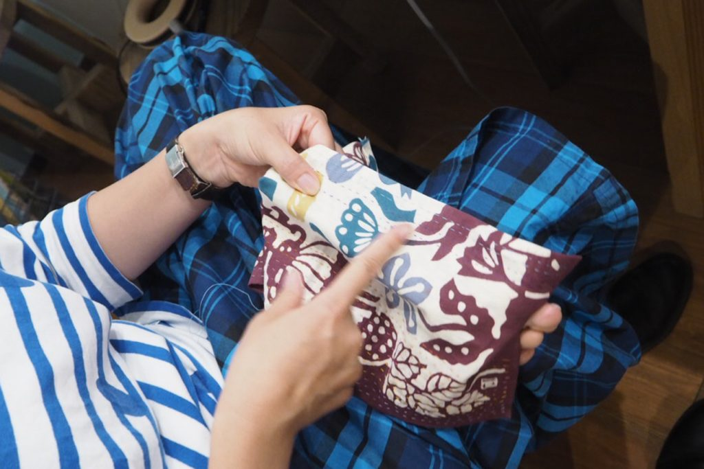 男仕立て・関西仕立てと呼ばれる、足指で布を引っぱって縫っていく技法。これで着物の背縫いなどをするそうです。かっこいい・・・!