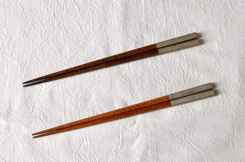 生漆を刷り込ませ、拭いて・・・という作業を繰り返して艶を上げていった拭き漆の箸。箸のてっぺんには錫粉で仕上げた模様がはいっています。