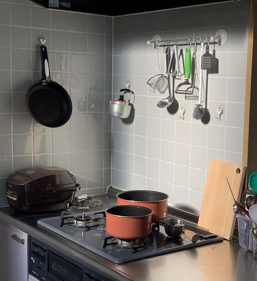 ここにある鍋2種と壁にかけてあるフライパンとあと、もっと大きめのフライパン、あわせて四つのセットで買ったんです。
