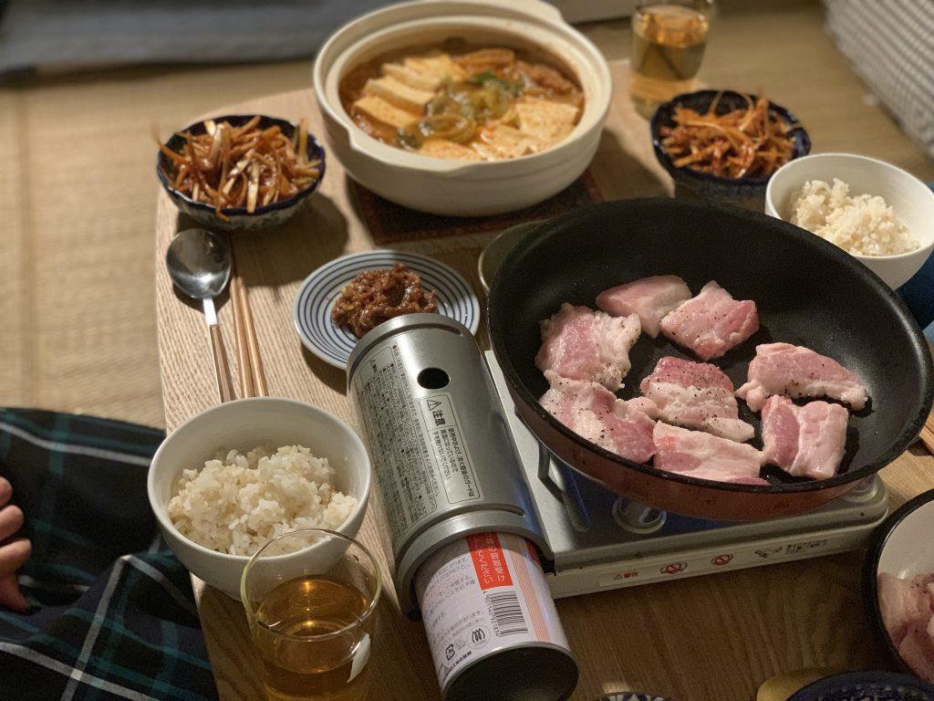 「直す」ことについてのコラムにも登場した写真。サムギョプサルとキムチ鍋を作り、友たちと一緒に食べました。今回は何を作ろうかな〜