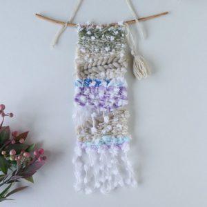 裂き布やふわふわの毛糸を使ったタペストリー。木の枝も使用し、ナチュラルな仕上がりです。