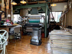 2台の織機の他に、織り糸を作り上げる機械もあります。