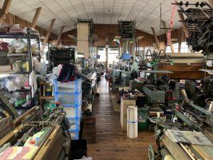 9台の織機が並ぶ織場