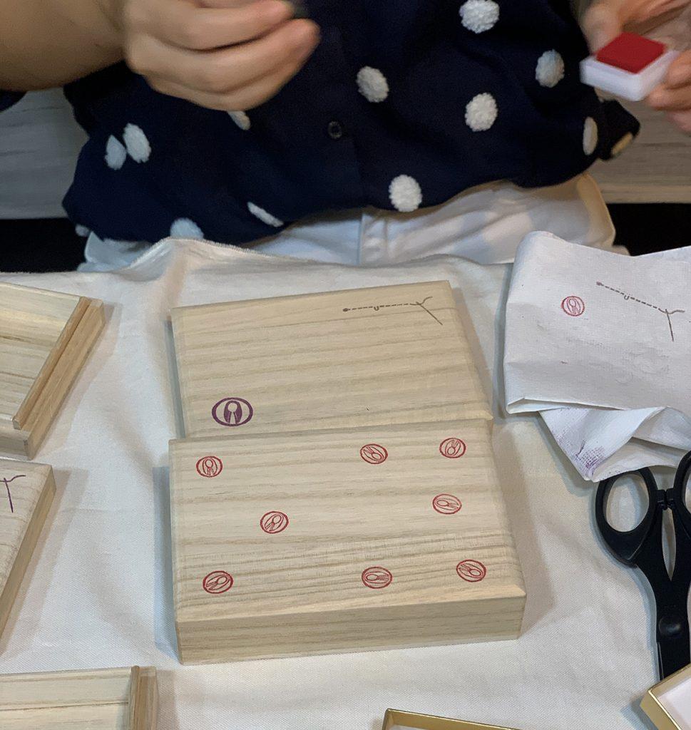 和裁スターターキットの箱をデコしています。かわいいですね、消しゴムスタンプ笑