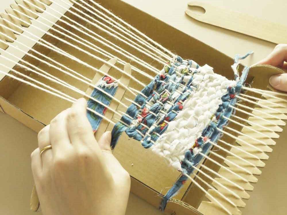裂き織とは、古くなった布を細く裂き、織っていく、日本古来の技法技術です。江戸時代中期から寒冷な気候のため綿や織維製品が貴重だった東北地方を中心に行われてきたそうです。