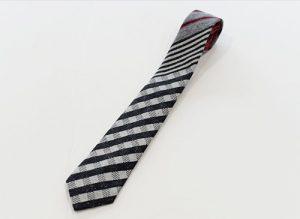 ジャガード織りシルククレリックタイ ただのストライプ・チェックだけではない組み合わせ。 幾何学的な模様がかわいい!