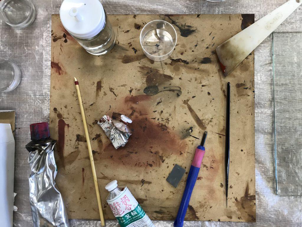 左にある筆のようなものは、なんと先端に白い鯛の歯が!仕上げに磨きの道具だそうです。