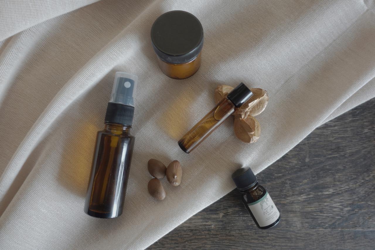 アロマクラフトで使用する素材の椿油は、主にオレイン酸という不乾性油で保湿力が高く酸化しにくい成分でできており、日本人の肌や髪に馴染みやすく潤いを与え保ってくれるといわれています。